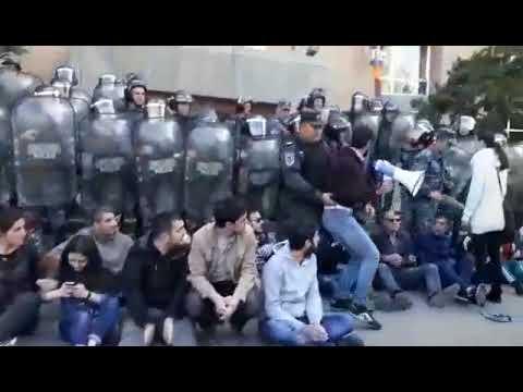 Ոստիկանները փորձում են բերման ենթարկել ցուցարարներին - DomaVideo.Ru