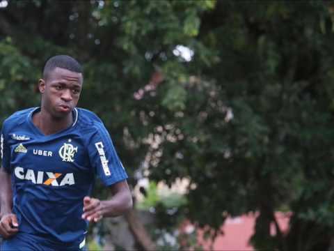 Vinícius Júnior aproveita passe de Guerrero e faz primeiro gol em treino profissional do Fla