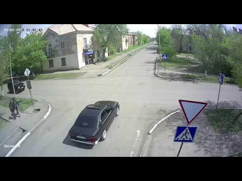Три автомобиля столкнулись на перекрёстке в Казахстане