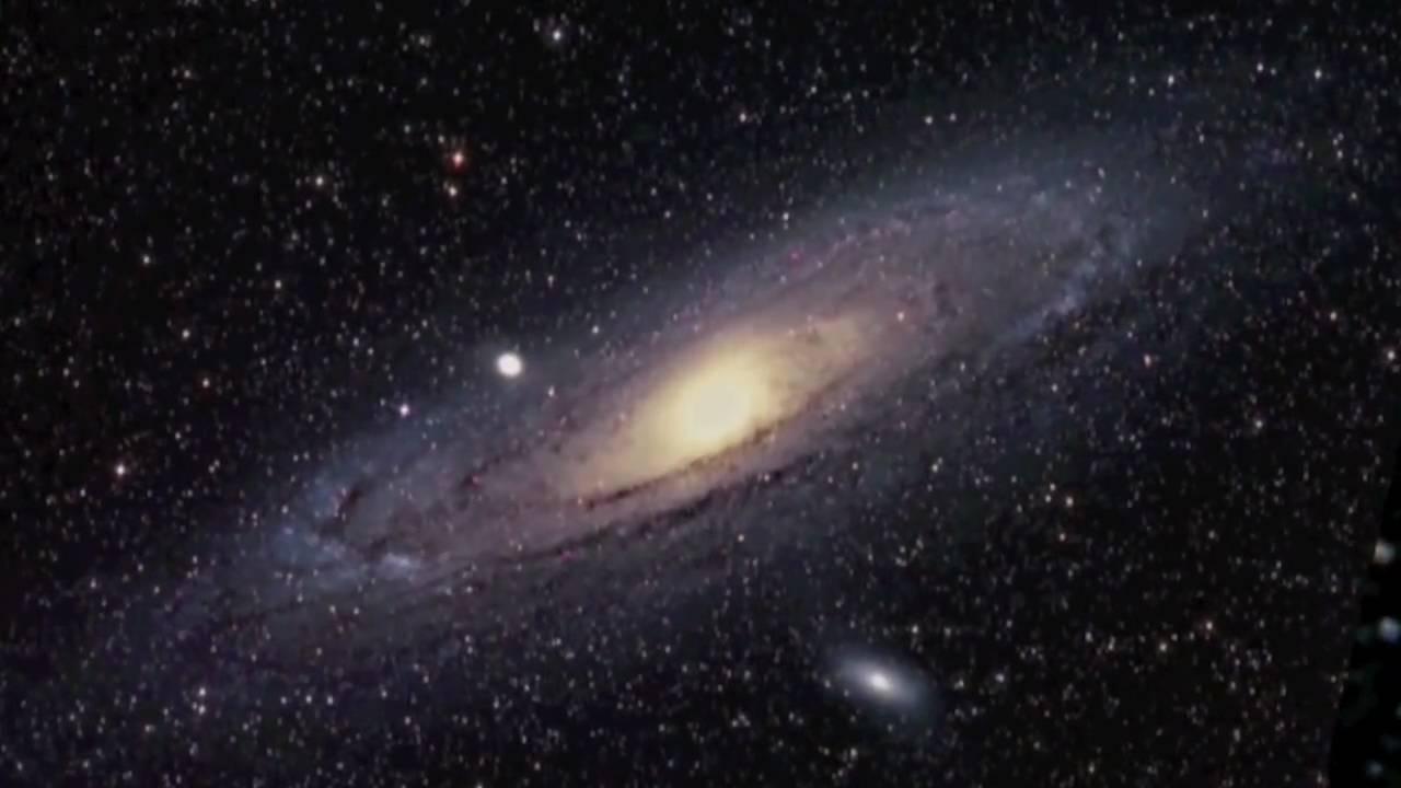 Galaxii Andromeda někdo ukousnul…