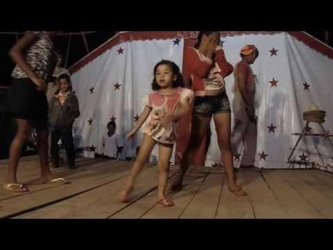 Manina é show dançando no circo, em Mairi