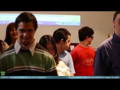 Watch videoClase de salsa para jóvenes con síndrome de Down
