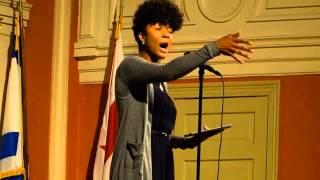 Dominique Christina                                              בנאום הודף וחוצב על המהות הנשית