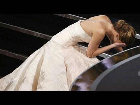 When Jennifer Lawrence Fell On Her Way Up To The Oscars!