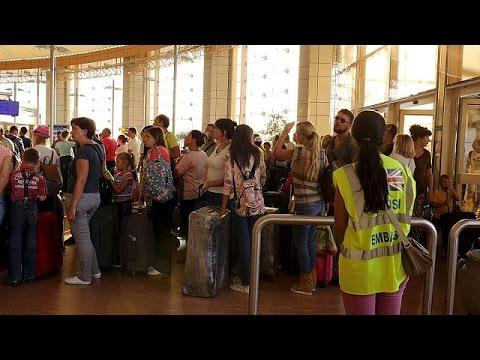 Δεκάδες χιλιάδες ξένοι τουρίστες εγκλωβισμένοι στην Αίγυπτο