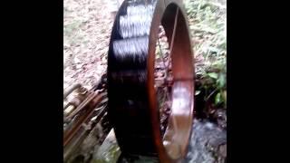 essa roda d`água foi istalada especificamente para uma inrrigação de um pomar de frutas, e dar água para os animais da chacara
