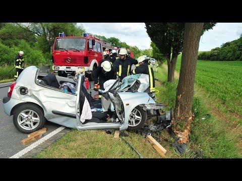 19-Jährige in Unfallauto eingeklemmt