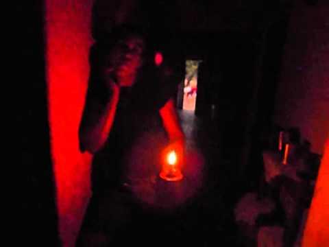 Maria aparecida dos Santos reclamando da falta de luz em sua casa - Vaquejada Cristópolis Bahia