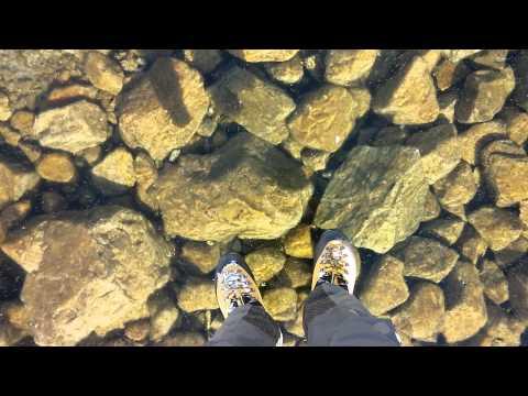 當結冰的湖面太乾淨,走在上面就像飄在空中一樣!