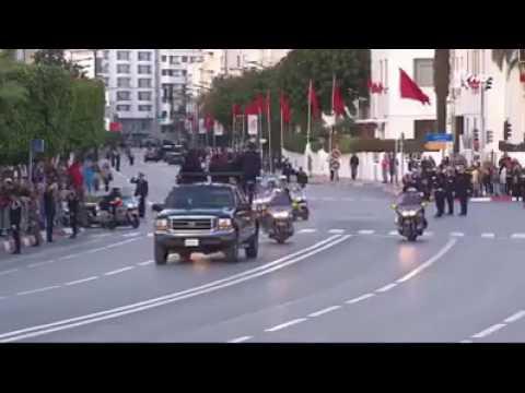 طفل يخترق الموكب الملكي المغربي ويخلق فوضى اثناء استقبال ملك الاردن