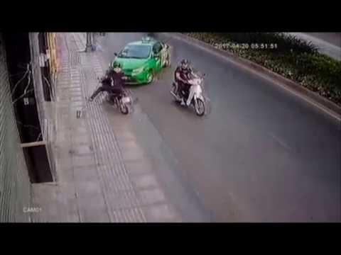 Noheva taksinkuljettaja pysäyttää käsilaukkuvarkaan