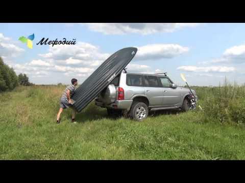 перевозка алюминиевой лодки на крыше автомобиля