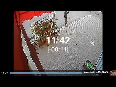 العرب اليوم - شاهد: لحظة سرقة لص دراجة هوائية أمام سوبر ماركت