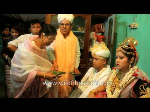 Video Guests greet newly wedded couple with betel nuts and leaves - Manipur download in MP3, 3GP, MP4, WEBM, AVI, FLV January 2017