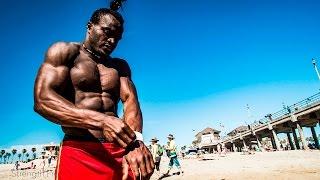 Afrykański kulturysta wymiata pokazem swoim umiejętności na plaży!