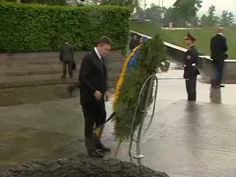 Una corona de flores cae sobre el Presidente de Ucrania