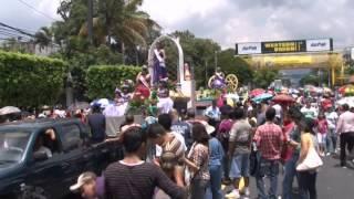 Salvadoreños disfrutaron en desfile del comercio