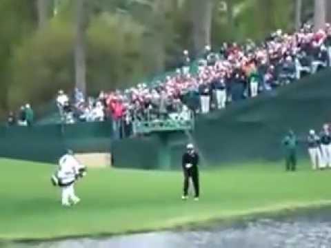 Increíble tiro de golf - Sobre el agua!