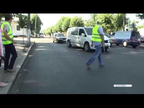 Недоліки нового асфальту по вулиці Перемоги у Житомирі