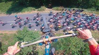 17-metrowy skok nad przejeżdżającym peletonem Tour de France