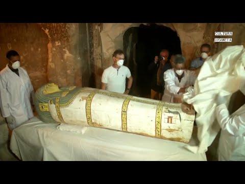 Abren un ataúd de una momia ante los medios de comunicación por primera vez en Egipto.