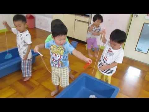 保育園で2歳児クラスが魚つりあそびを楽しみました。