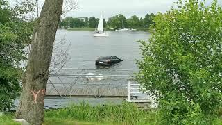 Chciał przeparkować Porsche, ale pomylił biegi i wjechał do jeziora w Iławie