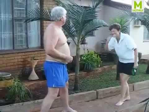 Сопругата може остарела, но не ја загубила смислата за хумор! Гледајте што му направи на дедото!