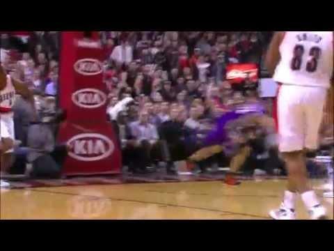 Elliot Williams dunks on the Phoenix Suns