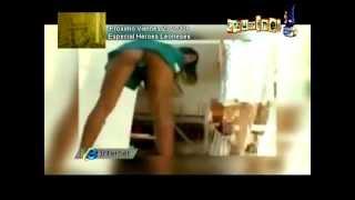 VÍDEOS DE INTERNET Chica morena impresionante enseñando el culo y las bragas EN CAZURRINES TV