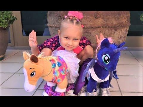 Алиса показывает своих лошадок WorkShop ! Нам дали две игрушки с одним Хеппи Мил !!! (видео)