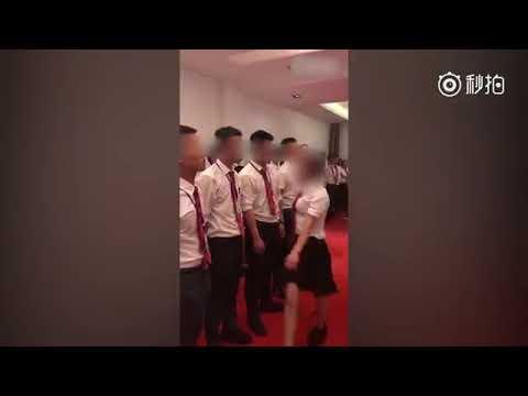 צפו בסרטון: המנהלת הזו הכריחה את עובדיה ללכת על ארבע