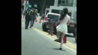 Momento en que vehículo se estrella contra pared en la 27 de Febrero tras desmayarse conductor