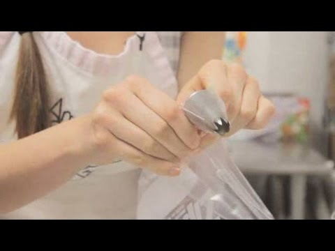 Turning A Plastic Bag Into A Pastry Bag | Cupcake Decorating