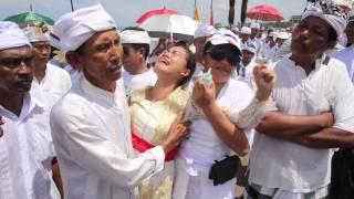 Video Melasti . Bali Ceremony , Nyepi  (trance and stabbing ritual) MP3, 3GP, MP4, WEBM, AVI, FLV September 2018