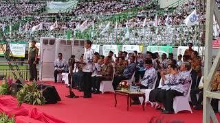 Video Bungkukkan Badan, Jokowi Beri Hormat ke Puluhan Ribu Guru MP3, 3GP, MP4, WEBM, AVI, FLV April 2018