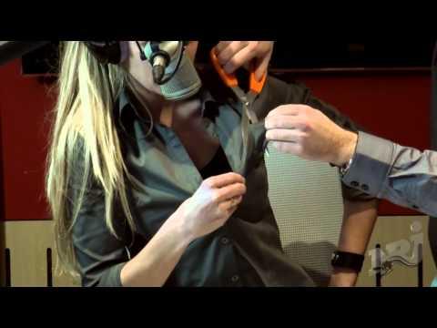 Cyril détruit la chemise d'Isa