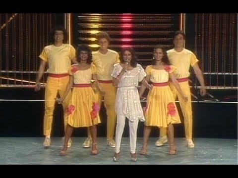 """En 1983, 38 ans après la Shoah, Ofra Haza représente Israël à l'Eurovision à Berlin avec ce message : """"Ani od hay Am Israël hay"""" - je suis toujours vivante, le peuple d'Israël est toujours vivant. La troupe est en jaune pour rappeler l'étoile jaune."""
