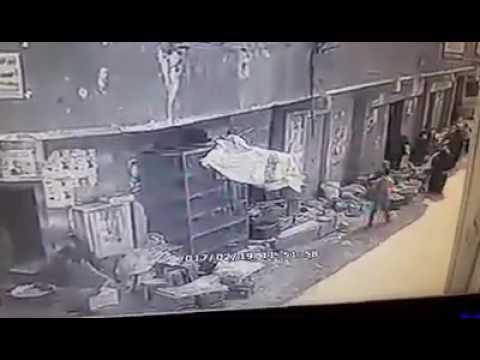 فيديو مجرم خطير يهجم على رجل وزجته بساطور في شارع