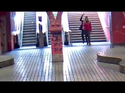 Fahndungsvideo: Junge Männer schlagen in Essener U-Bahnhof brutal auf 17-Jährige ein