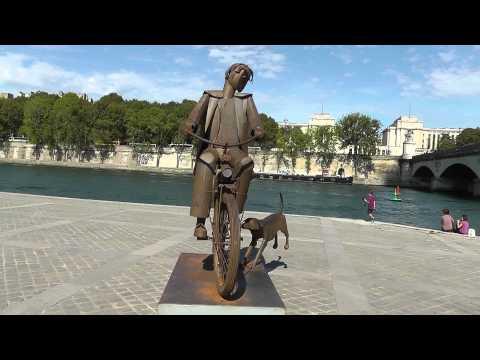 Paris: Stahlfiguren aus dem Material des Eiffelturms. Metal figures from material of Eiffel Tower