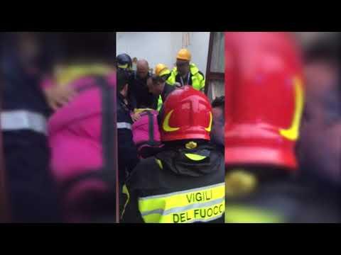 Crolla il tetto: donna recuperata sotto le macerie VIDEO