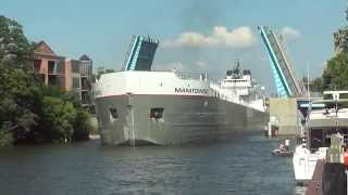 Video Manitowoc Great Lakes Freighter Navigates Narrow Channel In Manistee Michigan MP3, 3GP, MP4, WEBM, AVI, FLV Oktober 2018