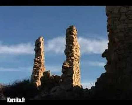 Occi ist heute nur noch ein Ruinendorf. Die Dächer sind eingestürzt, die Granitmauern im Laufe der Jahre verfallen.