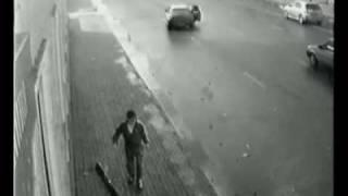 И както си вървиш по тротоара.... за малко да те сгази кола
