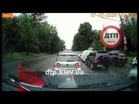 Автохам в Киеве решил нагло втиснуться в ряд, но водитель Polo имел его в виду