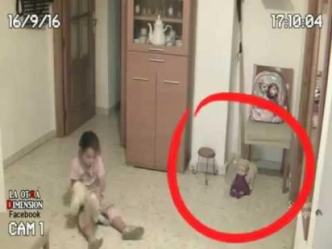 Un padre posiziona delle telecamere in casa
