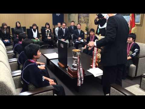 燕中学校剣道部が年末年始の大会成績を燕市長に報告