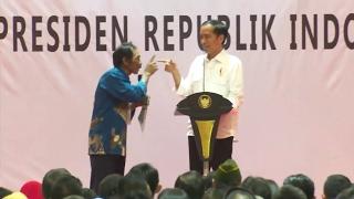 Video Kocak..! Tingkah Lucu Petani Membuat Presiden Jokowi Ketawa Terpingkal di Bandung, Bikin Ngakak MP3, 3GP, MP4, WEBM, AVI, FLV Agustus 2018