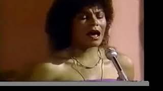 Eva Ayllon canta